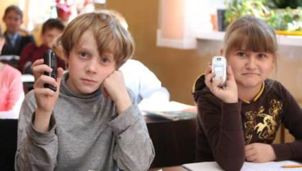 Минобразования: будет неправильно изымать мобильники у школьников
