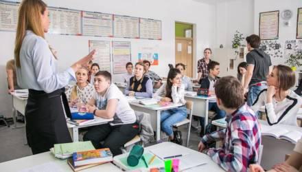 «Совал учительнице под нос пластиковый пенис». Мнение о том, с чем сталкиваются учителя в школах