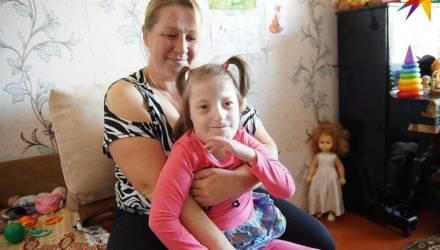 «Врачи давали дочке полтора года, а ей уже пять!». Как на Гомельщине растят единственного в Беларуси ребёнка с редким синдромом
