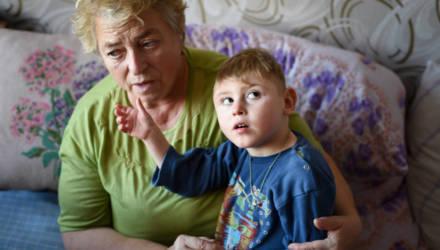 «В детдоме он бы просто лежал и гнил». Как под Гомелем прабабушка спасает детей непутёвой внучки