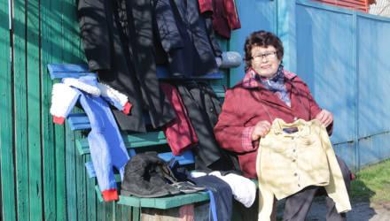 """В Калинковичах женщина открыла """"магазин одежды"""" на лавочке у своего дома — и он стал популярным"""