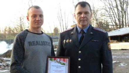 В Чечерске деньгами наградили мужчину, который пресёк криминальный путь автовора-рецидивиста