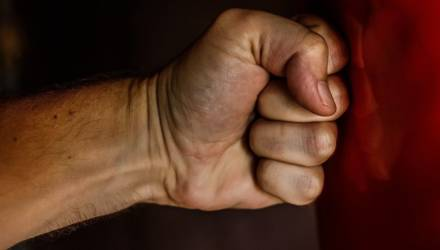 В Гомеле студент-иностранец поссорился со знакомым и выместил злость на рекламном баннере