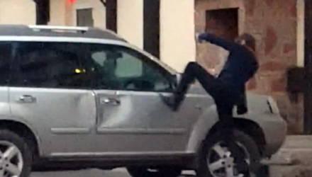 Пьяному жителю Гомельщины в соседнем облцентре не понравились чужие авто и он стал их пинать ногами