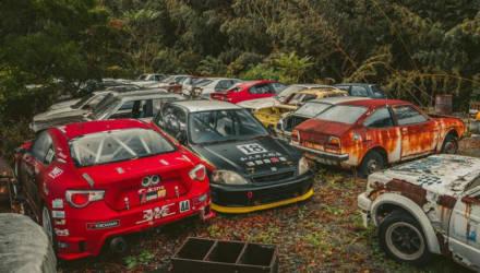 Фотофакт. Две сотни никому не нужных спорткаров ржавеют под открытым небом