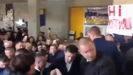 "Зеленского пустили по ""коридору позора"" в Тернополе – видео"