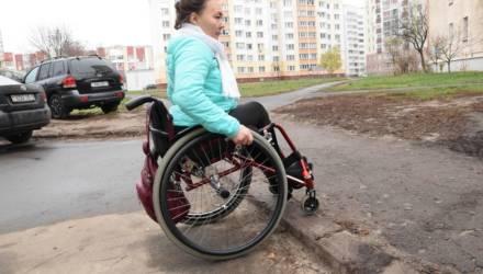 """""""Бордюры понижаем, но не всё сразу"""": о больной теме гомельских инвалидов-колясочников и велосипедистов"""