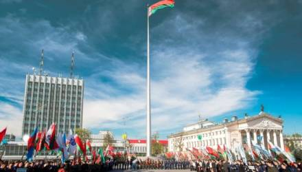 Нового флагштока на площади Ленина в Гомеле пока не будет: тендер отменён