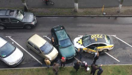 """В Гомеле такси врезалось в припаркованные автомобили: водитель ехал """"против шерсти"""""""