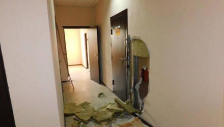 """Проломили стену и вырвали """"с мясом"""". В Гомеле двое мужчин украли сейф с 15 тыс. рублей из офиса службы такси"""
