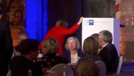 Ангела Меркель упала во время подъёма на сцену в Берлине – видео