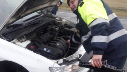 В Калинковичском районе сотрудники ГАИ пришли на помощь водителю на трассе