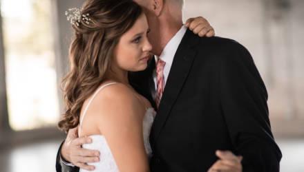 Сёстры сохранили память о папе, засняв свадебный танец перед его скорой смертью