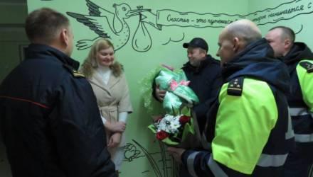 Белорус вёз жену в роддом и боялся не успеть — решил вызвать гаишников. Они потом и на выписку приехали