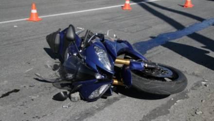 """Ищут очевидцев: в Гомеле """"Мерседес"""" подрезал байкера и тот врезался в другое авто, велосипедист повторил и скрылся"""
