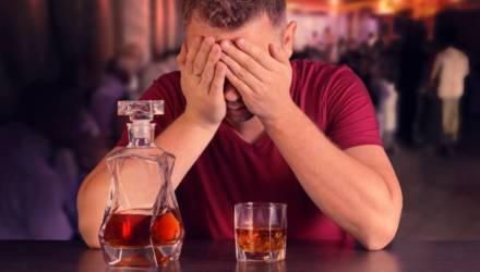 В Речице пьяный мужчина продемонстрировал обидчику половой орган, а после разбил стекло в чужом авто