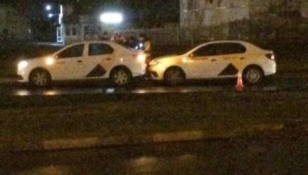 """В Гомеле Mercedes столкнулся с грузовиком и """"потерял морду"""", а два водителя Яндекс-такси """"нашли друг друга"""" на Жукова"""