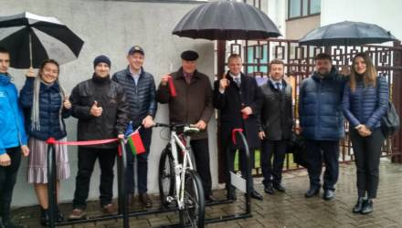 В Гомеле велоактивисты открыли велопарковку для чиновников