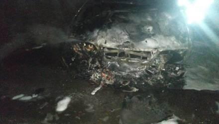 Ночью в Гомеле сгорел BMW: огонь повредил и соседний Peugeot
