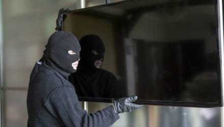На Гомельщине безработный мужчина подружился с женщиной, воспользовался ситуацией и вынес у неё телевизор