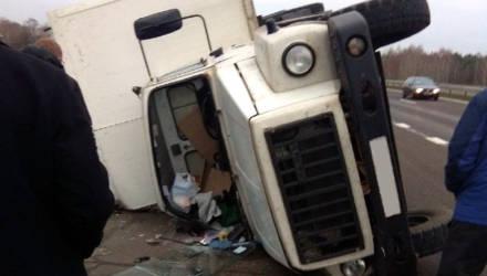 """Грузовик """"Белалко"""" опрокинулся на трассе М1 – весь груз из фургона вывалился"""