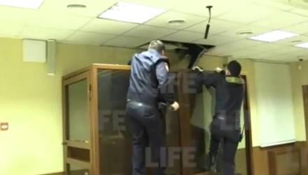 Убивший сестру при изгнании бесов пытался сбежать из суда через потолок — видео