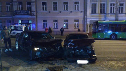В Гомеле на Советской 18-летний водитель зацепил автобус и вылетел на встречку, где столкнулся с Mazda