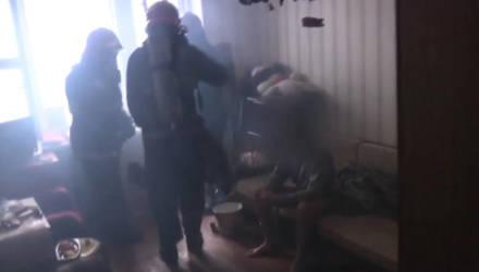 В Гомеле мужчина покурил и едва не сгорел заживо. О пожаре вовремя сообщили очевидцы