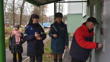 """Подопечные МЧС и не только. Смотровая комиссия посетила """"нехорошие"""" квартиры в Гомеле"""