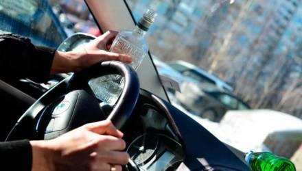 Арест на месяц и штраф больше тысячи рублей суд назначил чечерянину, который пьяным сел за руль без прав