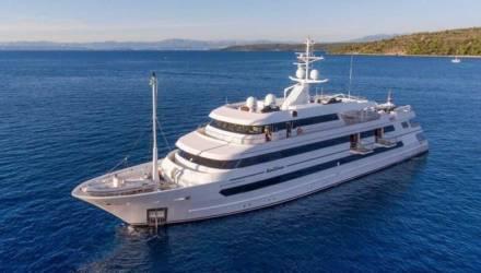 Яхту Порошенко, который не явился на допрос, засекли рядом с лучшими пляжами мира