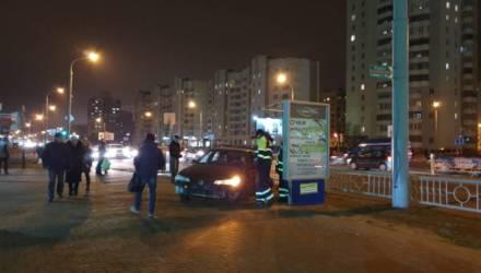 В Гомеле произошло серьёзное ДТП – автомобиль вылетел на тротуар
