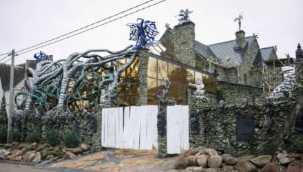 Хозяин того самого «дома с чертями» в Ратомке впервые рассказал о себе и показал, что он строит