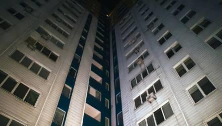 В Речице молодая женщина вышла на балкон покурить и сорвалась с четвёртого этажа
