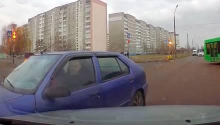 Подставился и получил с девушки 110 рублей или не мог избежать столкновения? Очень спорное ДТП в Гомеле попало на видео