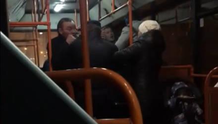 Видеофакт: драка двух мужчин в гомельском автобусе довела до слёз ребёнка