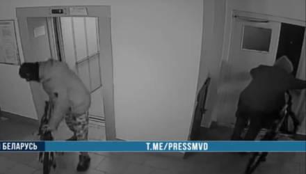 В Мозыре двое подростков угнали из подъезда дома два велосипеда «Стелс». Кража попала на видео