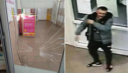 Били ногой? В Гомеле разыскивают двух подростков, которые могут быть причастны к повреждению стекла в зоомагазине