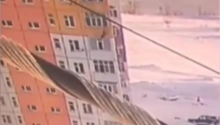 Появилось видео, как девушка выпала с 9-го этажа, отряхнулась и пошла дальше