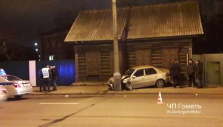 В Гомеле Geely после аварии вылетел на тротуар и врезался в столб и дом