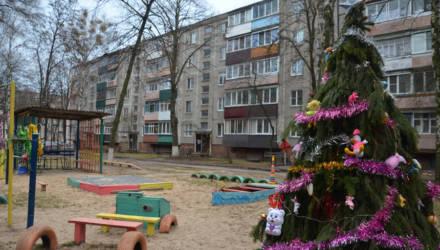 В Гомеле жильцы объединились и сделали детский городок из подсобных материалов: красиво и креативно