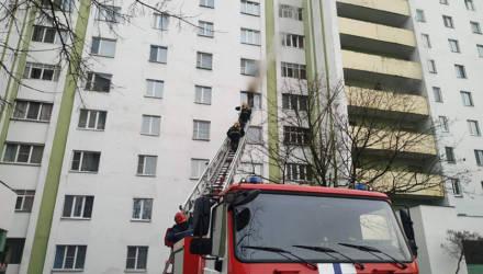В Гомеле спасатели вынесли из горящей квартиры двух женщин, одна из них скончалась по дороге в больницу