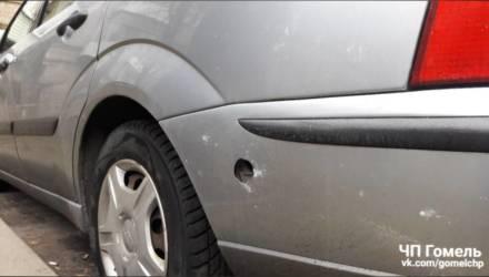 В Гомеле бампер припаркованной машины, похоже, насквозь пробило салютом. Фотофакт