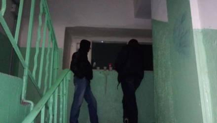 Двое учащихся ПТУ в Мозыре избили мужчину в собственном подъезде, когда тот сделал замечание за слишком громкую музыку