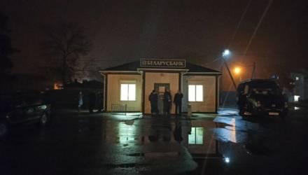 Мужчину, который в пятницу ограбил банк под Гомелем, до сих пор не нашли