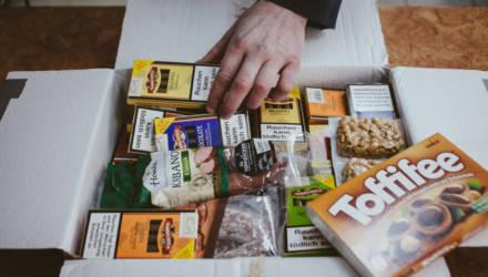 Белоруске пришла посылка с вещами из США. Таможенники нашли в ней деньги. Завели уголовное дело