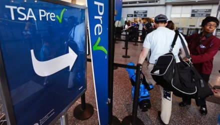 """В США сотрудник аэропорта принудил женщину показать ему грудь для """"усиленного досмотра"""""""