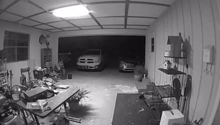 Камера сняла, как среди ночи в гараже появилась прозрачная фигура, прыгавшая от одной машины к другой