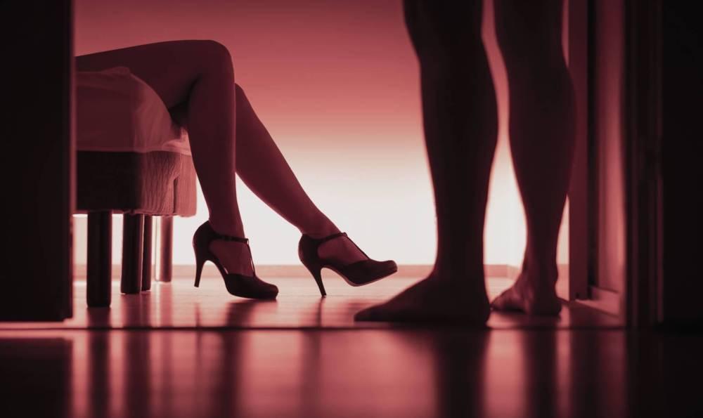 Секс с соседкой. Почему мужчина ищет любовницу поближе к дому