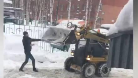 """""""Ну, трактор, погоди"""". В Сети набирает популярность ролик с дракой водителя и снегоуборщика"""